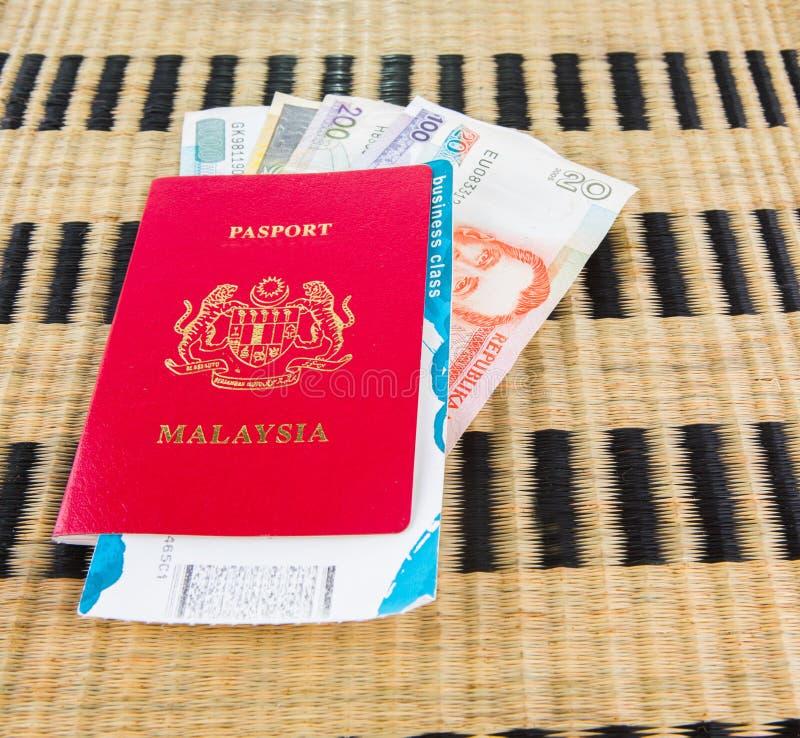 Passaporte e moeda II fotos de stock