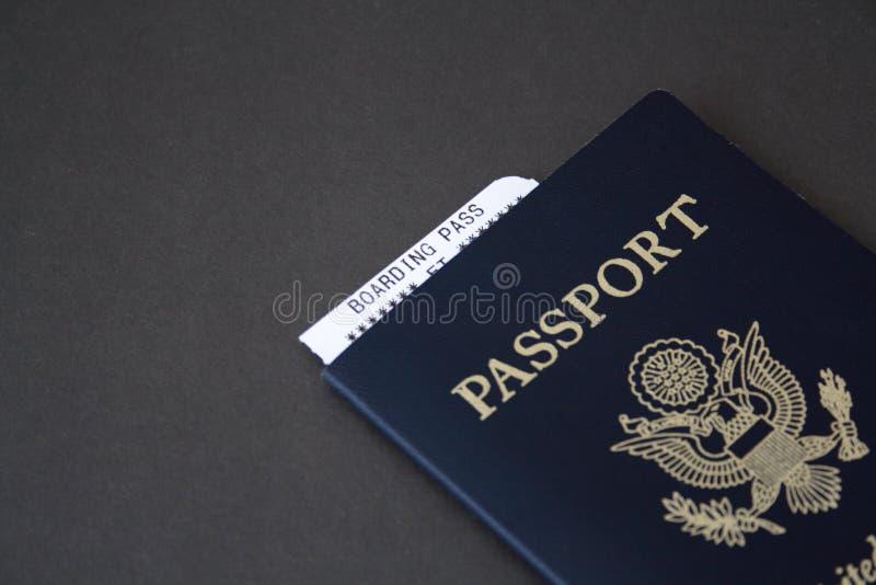 Passaporte e passagem de embarque imagem de stock