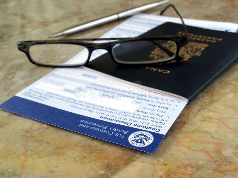 Passaporte em costumes dos E.U. e em formulário da beira imagem de stock royalty free