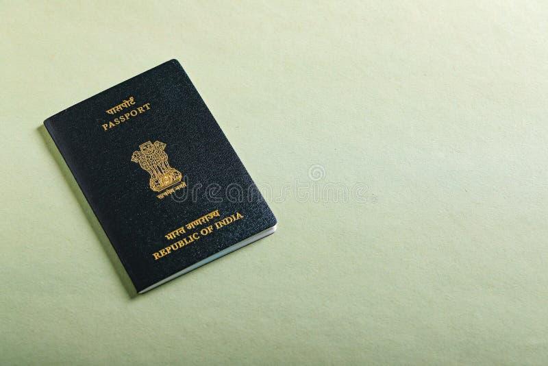 Passaporte indiano à disposição, mostrando o passaporte imagem de stock royalty free