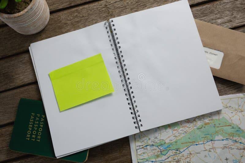 Passaporte, mapa, organizador e envelope na tabela de madeira imagens de stock royalty free