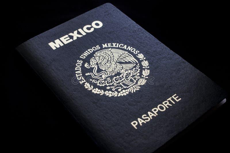 Passaporte mexicano em um fundo preto imagens de stock