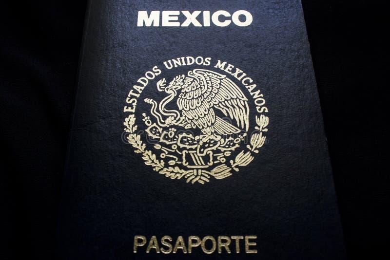 Passaporte mexicano em um fundo preto imagens de stock royalty free