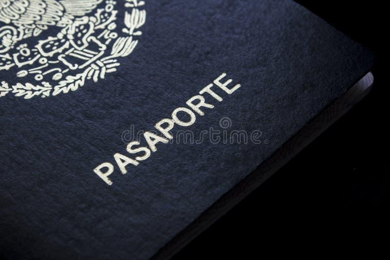 Passaporte mexicano em um fundo preto fotografia de stock royalty free