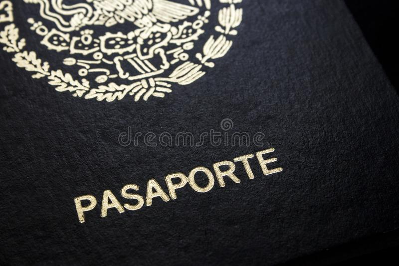 Passaporte mexicano em um fundo preto fotografia de stock