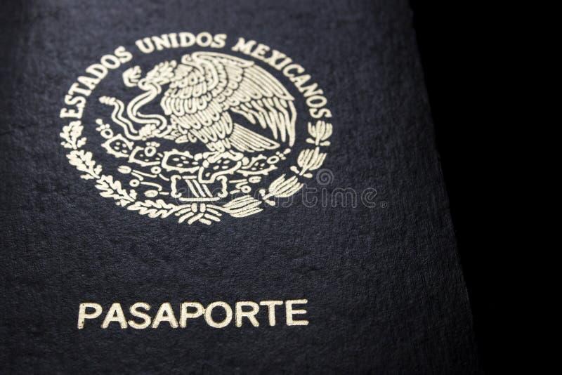 Passaporte mexicano em um fundo preto foto de stock