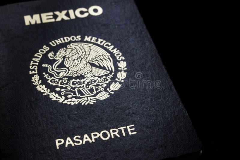 Passaporte mexicano em um fundo preto fotos de stock