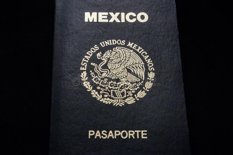 Passaporte mexicano em um fundo preto fotos de stock royalty free