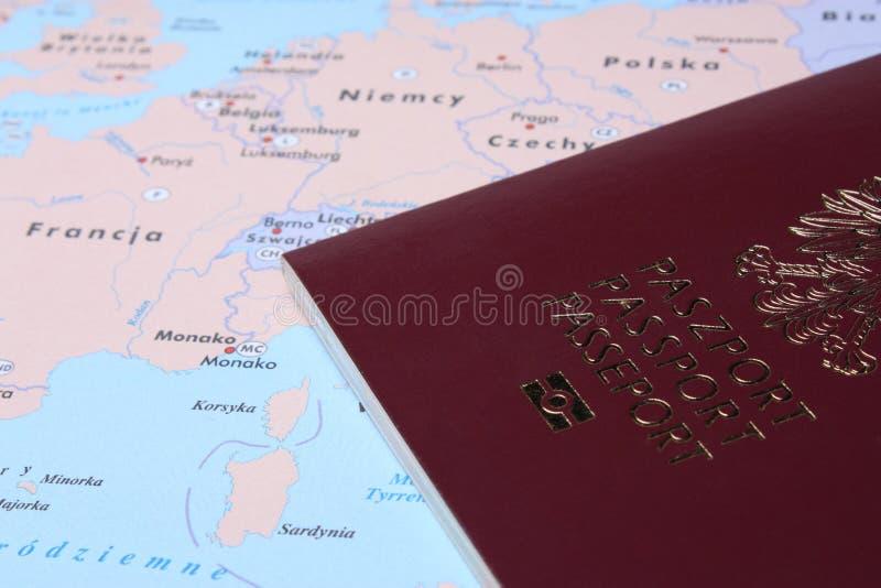 Passaporte polonês em um mapa imagem de stock
