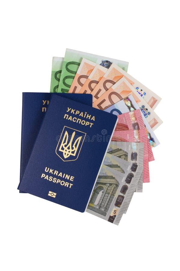 Passaporte ucraniano com o euro- dinheiro isolado no fundo branco imagem de stock