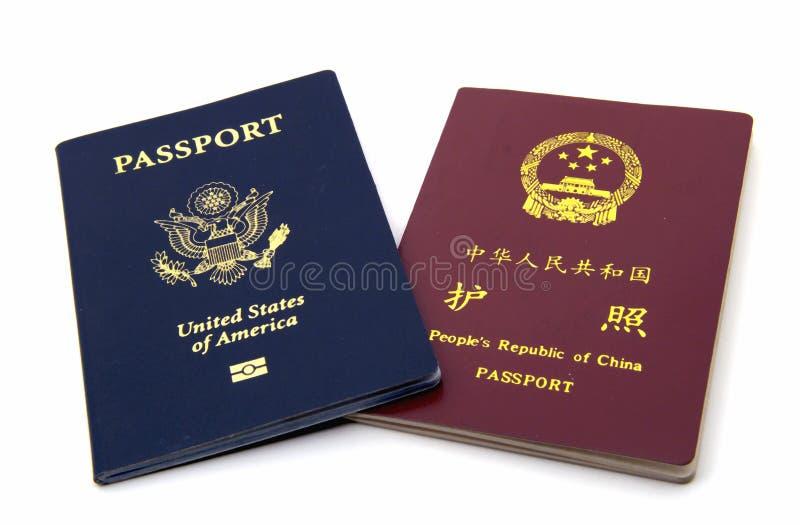 Passaportes americanos e chineses fotografia de stock royalty free