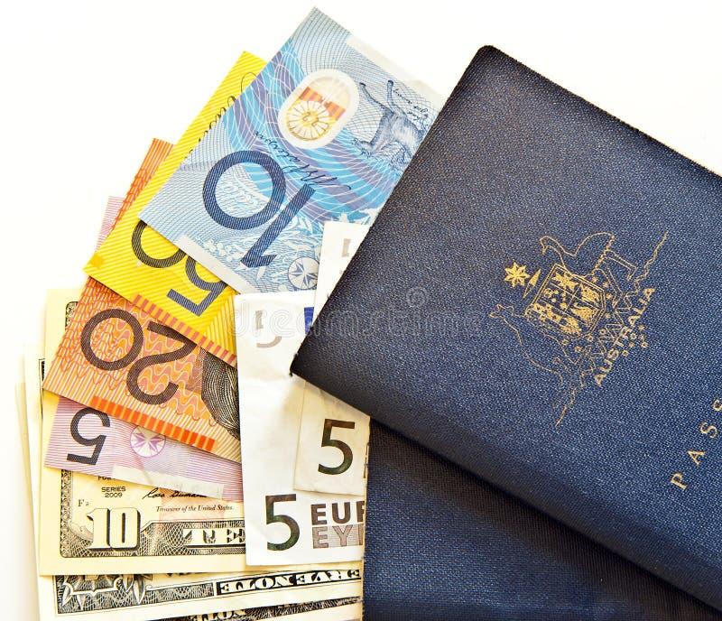 Passaportes australianos e moeda fotos de stock royalty free