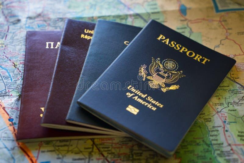Passaportes de vários países em um mapa fotos de stock royalty free