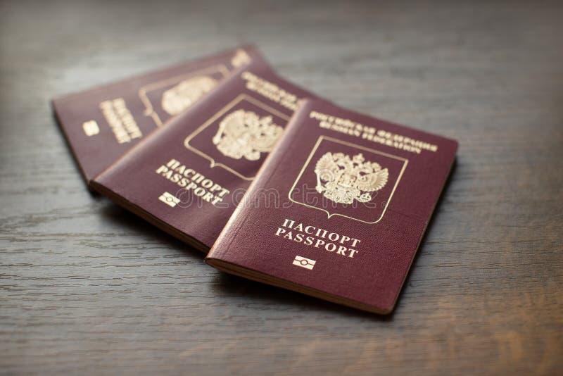 Passaportes do russo no fundo de madeira fotos de stock royalty free