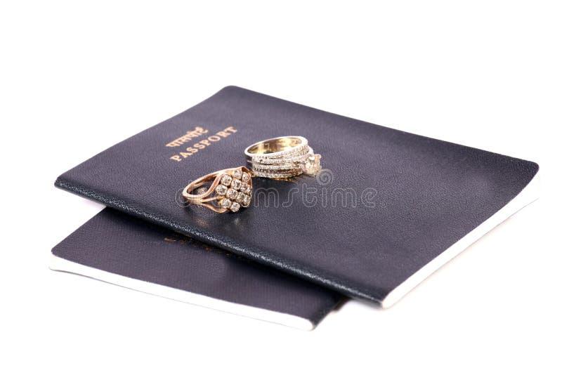 Passaportes e alianças de casamento foto de stock royalty free