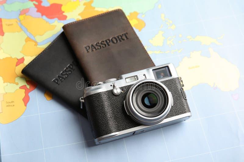 Passaportes e câmera no mapa do mundo Curso foto de stock royalty free