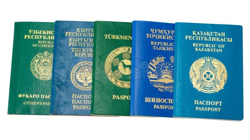 Passaportes estrangeiros diferentes no fundo branco imagens de stock