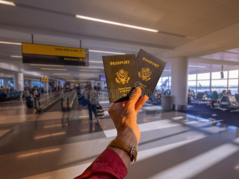 Passaportes no terminal de aeroporto imagens de stock