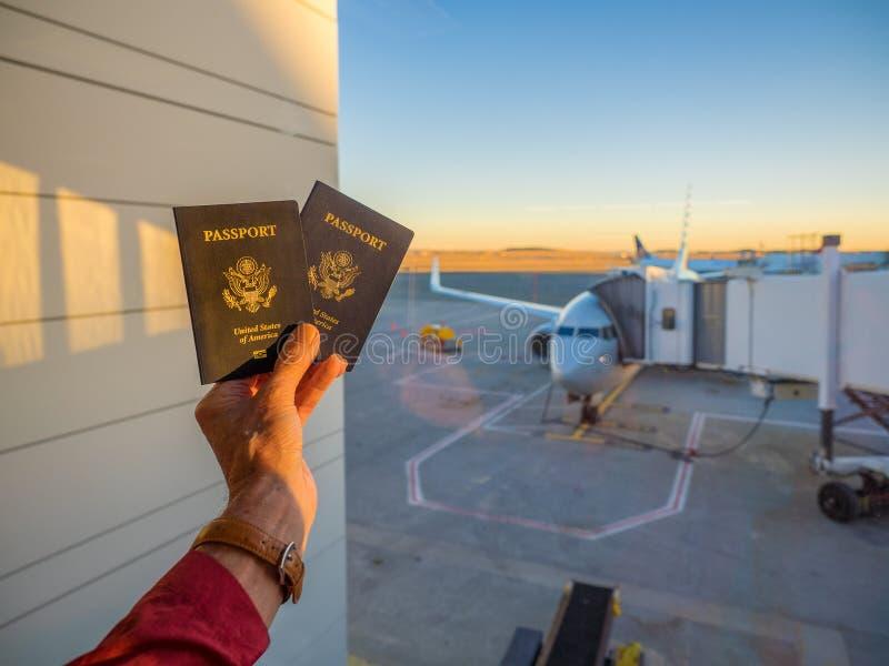 Passaportes no terminal de aeroporto foto de stock