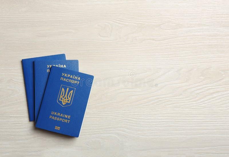 Passaportes ucranianos do curso no fundo de madeira r fotografia de stock royalty free