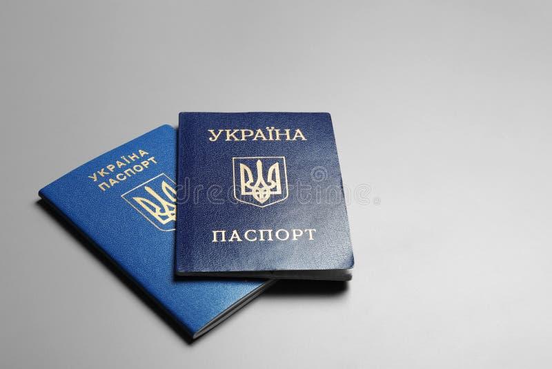 Passaportes ucranianos no fundo cinzento r imagens de stock