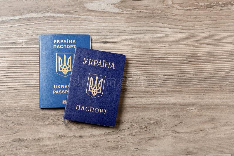 Passaportes ucranianos no fundo de madeira, vista superior r fotos de stock