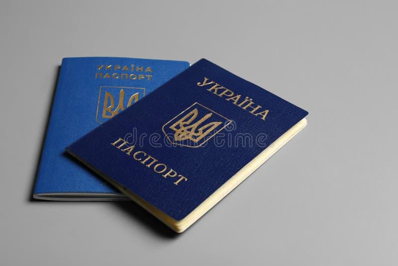 Passaportes ucranianos r fotos de stock