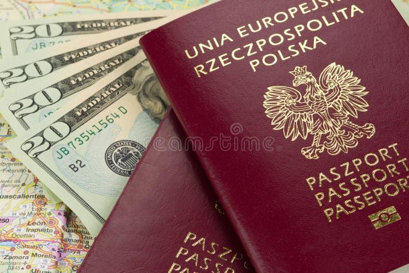 Passaporti e soldi fotografia stock libera da diritti