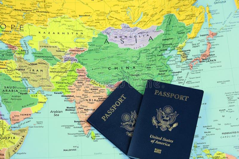 Passaporti su map-2 immagini stock libere da diritti