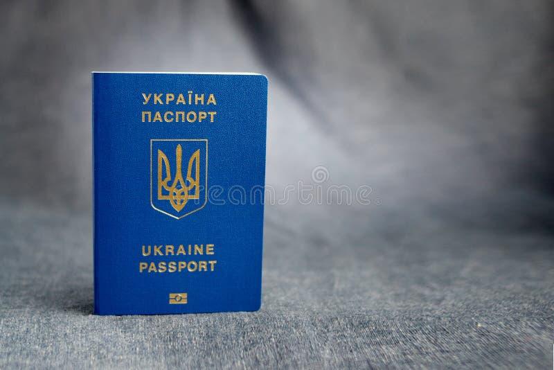 Passaporto biometrico ucraino su un fondo grigio fotografia stock