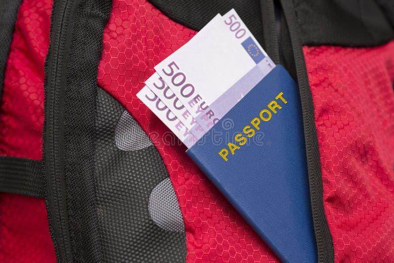 Passaporto con gli euro in una tasca della borsa fotografia stock