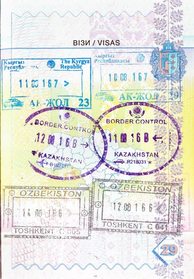 Passaporto con i bolli del Kirghizistan, il Kazakistan, l'Uzbekistan fotografie stock