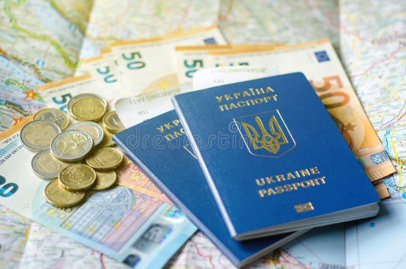 Passaporto dell'Ucraina con soldi sulla mappa immagini stock libere da diritti