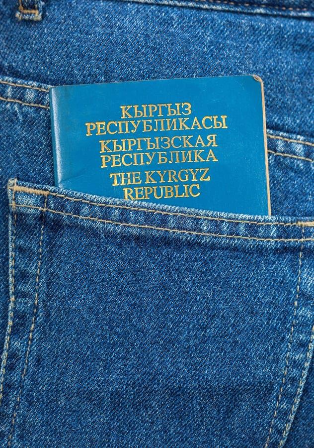 Passaporto della Repubblica Kirghiza nella tasca dei jeans immagine stock libera da diritti