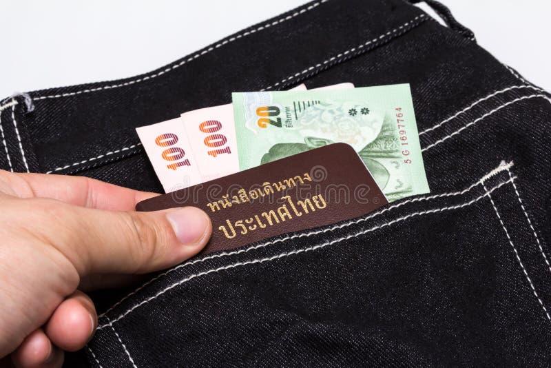 passaporto della Tailandia con soldi tailandesi fotografie stock libere da diritti