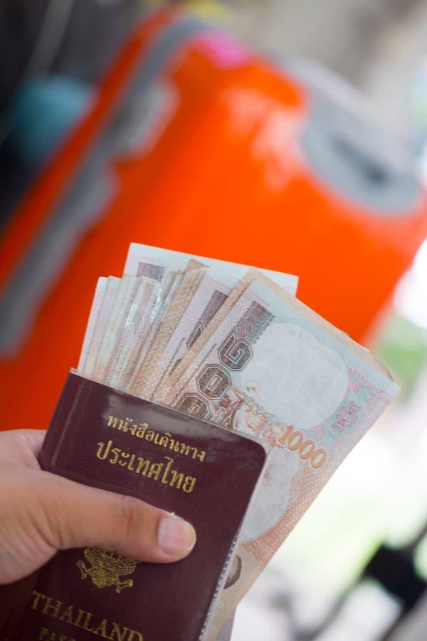 passaporto della Tailandia con soldi tailandesi immagini stock