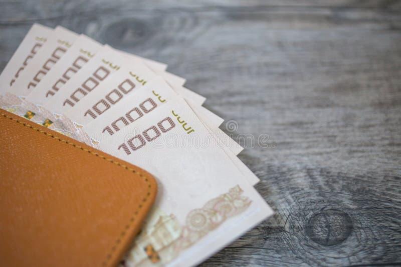 Passaporto della Tailandia e mucchio dei soldi tailandesi del bagno immagine stock libera da diritti