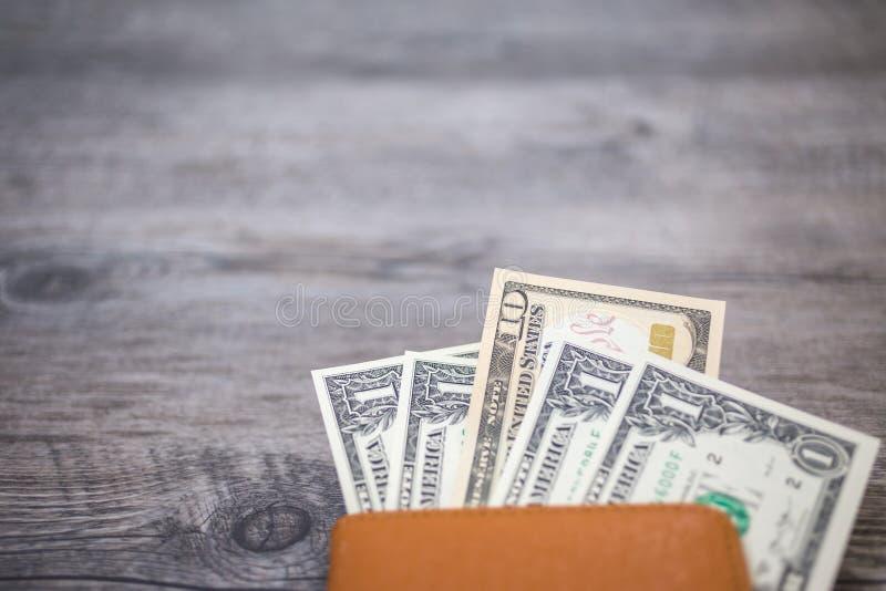 Passaporto della Tailandia e mucchio del passaporto dei soldi del dollaro americano immagini stock libere da diritti