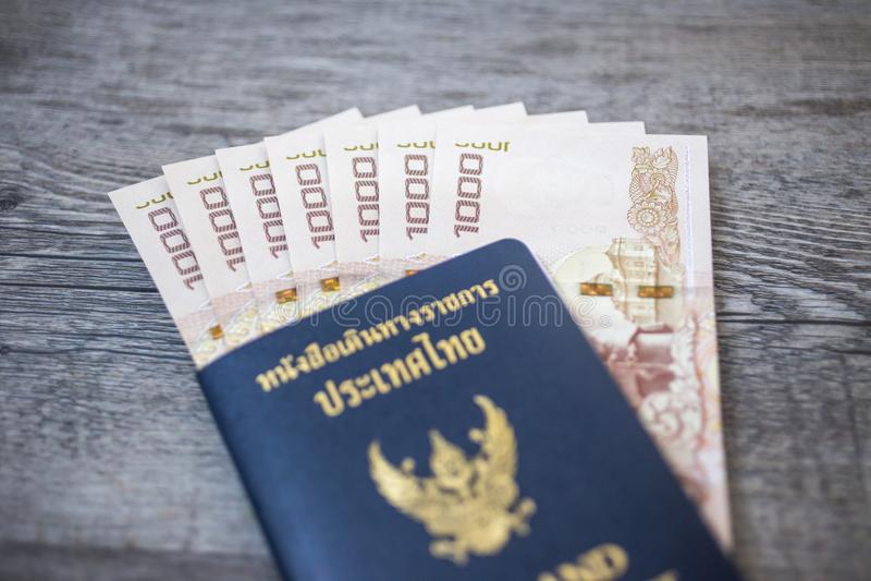 Passaporto della Tailandia e mucchio del passaporto tailandese dei soldi del bagno fotografie stock libere da diritti