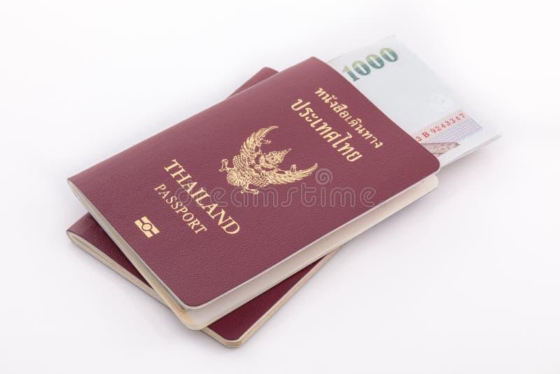 Passaporto della Tailandia e soldi tailandesi per il viaggio fotografie stock libere da diritti