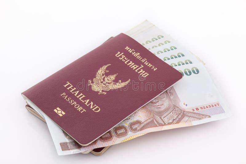 Passaporto della Tailandia e soldi tailandesi per il viaggio immagine stock libera da diritti