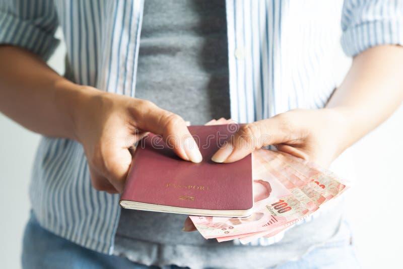 Passaporto della tenuta della donna di stile casuale e banconote tailandesi, viaggio c fotografia stock