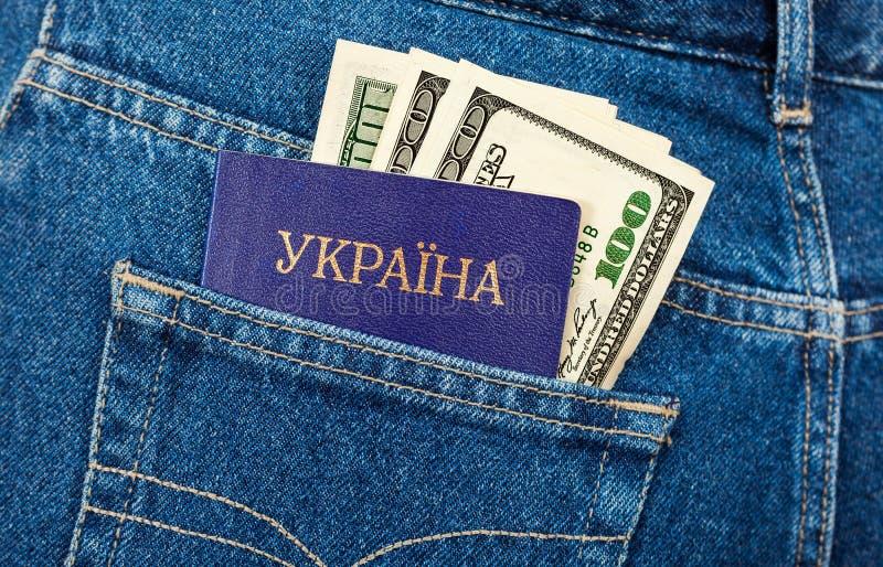 Passaporto delle banconote del dollaro e dell'Ucraina fotografie stock libere da diritti
