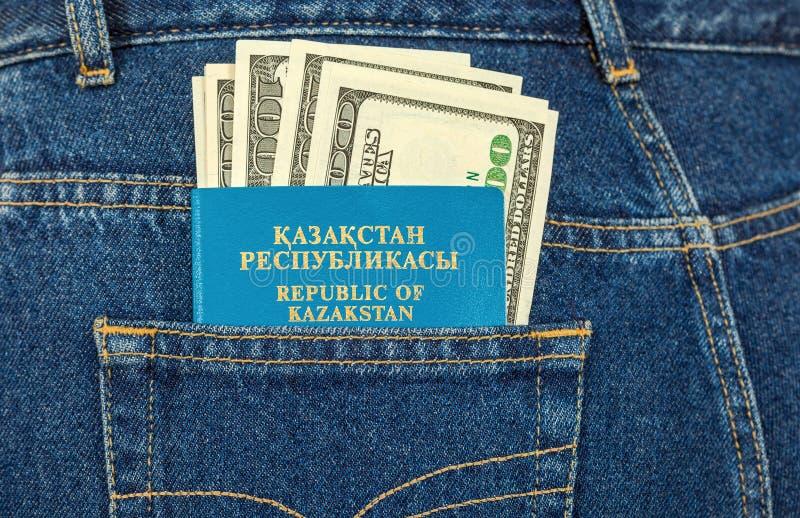 Passaporto e banconote in dollari del Kazakistan immagini stock