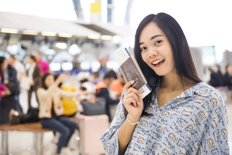 Passaporto e biglietto di avanzamento di manifestazione di viaggio di signora asiatica immagini stock libere da diritti
