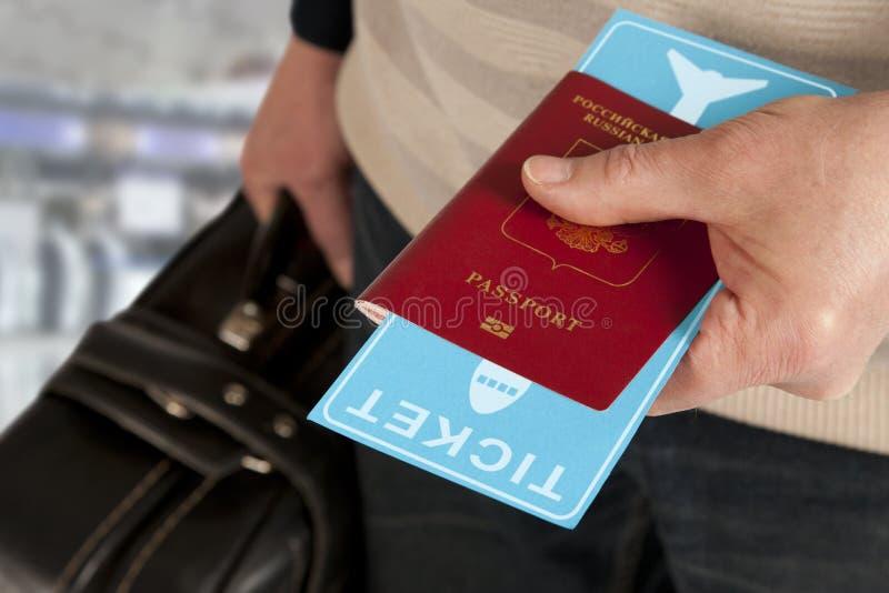 Passaporto e biglietto a disposizione in aeroporto fotografia stock libera da diritti