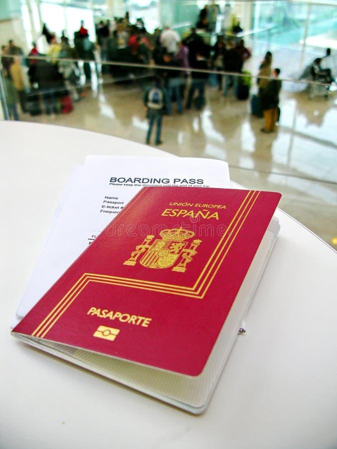 Passaporto e passaggio di imbarco, aspettante un volo in un aeroporto fotografia stock libera da diritti