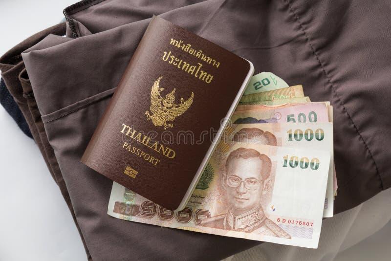 Passaporto e vestiti della Tailandia fotografia stock