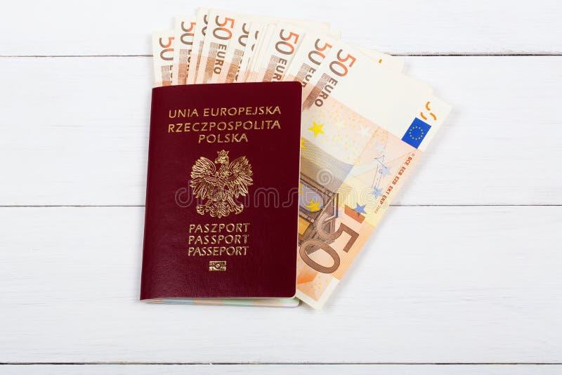 Passaporto polacco con la moneta europea immagini stock libere da diritti