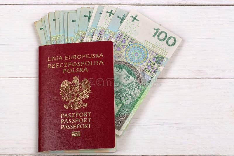 Passaporto polacco con valuta polacca immagini stock libere da diritti
